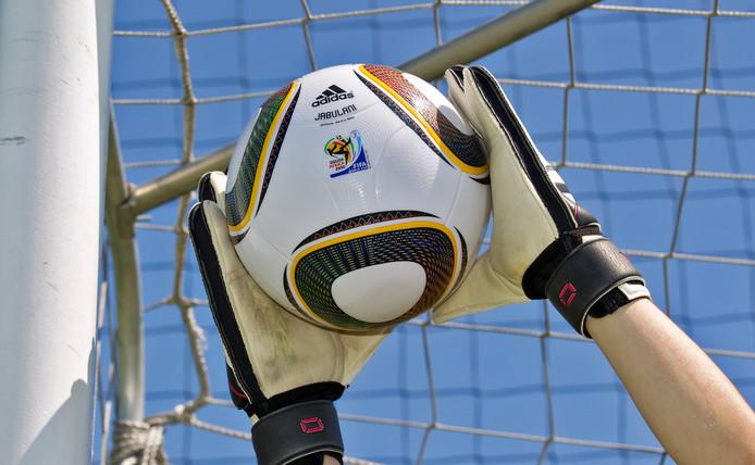 2010-05-20 00:00:00 DEN HAAG - WK bal van Adidas die tijdens het Werelkampioenschap voetbal in Zuid Afrika zal worden gebruikt in cmbinatie met het Nike voelbaltenue van het Nederlands Elfta.ANP XTRA KOEN SUYK