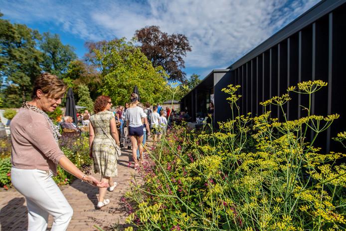 Overvolle terassen & verwondering over 'Het Eetbare Landgoed' bij de nieuwe Orangerie tijdens de Brabantse Wal Dag op het Landgoed Mattemburgh.