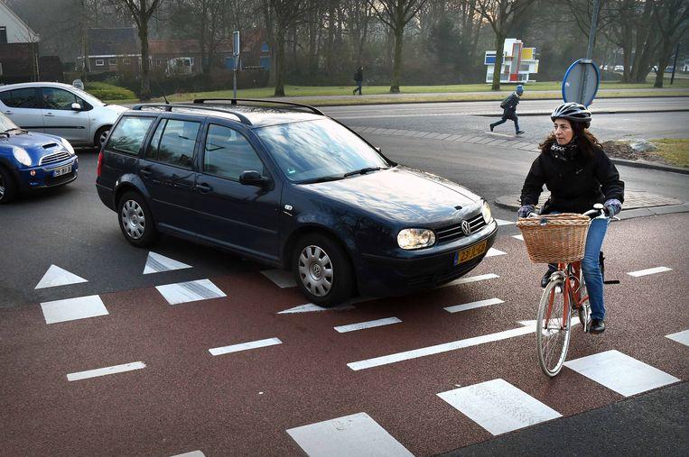 Gevaarlijk situatie voor fietsers. Een automobilist vergeet bijna voorrang te verlenen. Beeld Marcel van den Bergh / de Volkskrant
