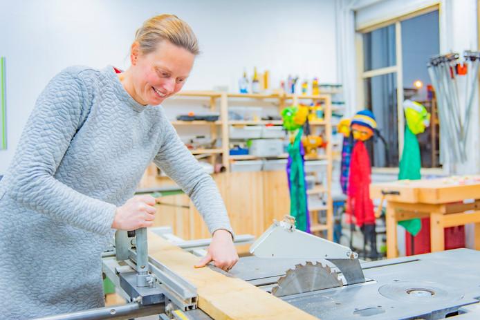 Brechje Vermaat (40) gaat in haar vernieuwde studio inHout aan de slag met een plank.