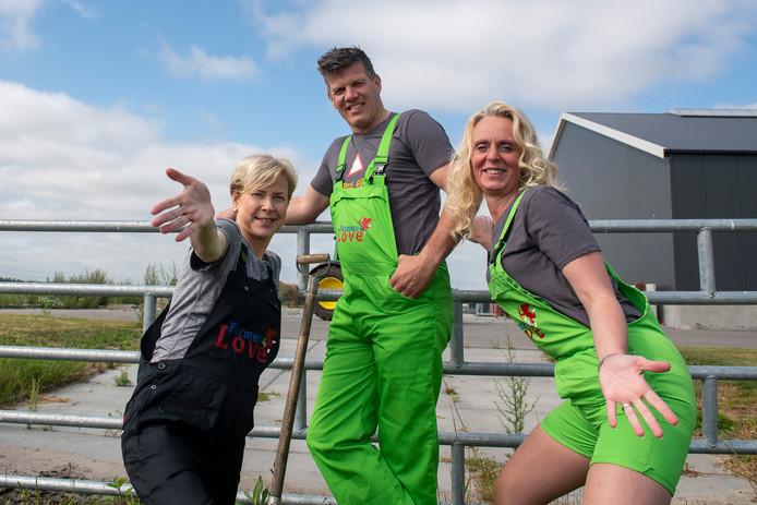 Judith Bouwhuis (links), Richard Kimmann en Monique Pol bestieren boerendatingbureau Farmers4Love. Na zes jaar stoppen ze ermee, ook omdat de verhouding tussen het aantal mannen en vrouwen scheef is: teveel bokjes, te weinig geitjes.