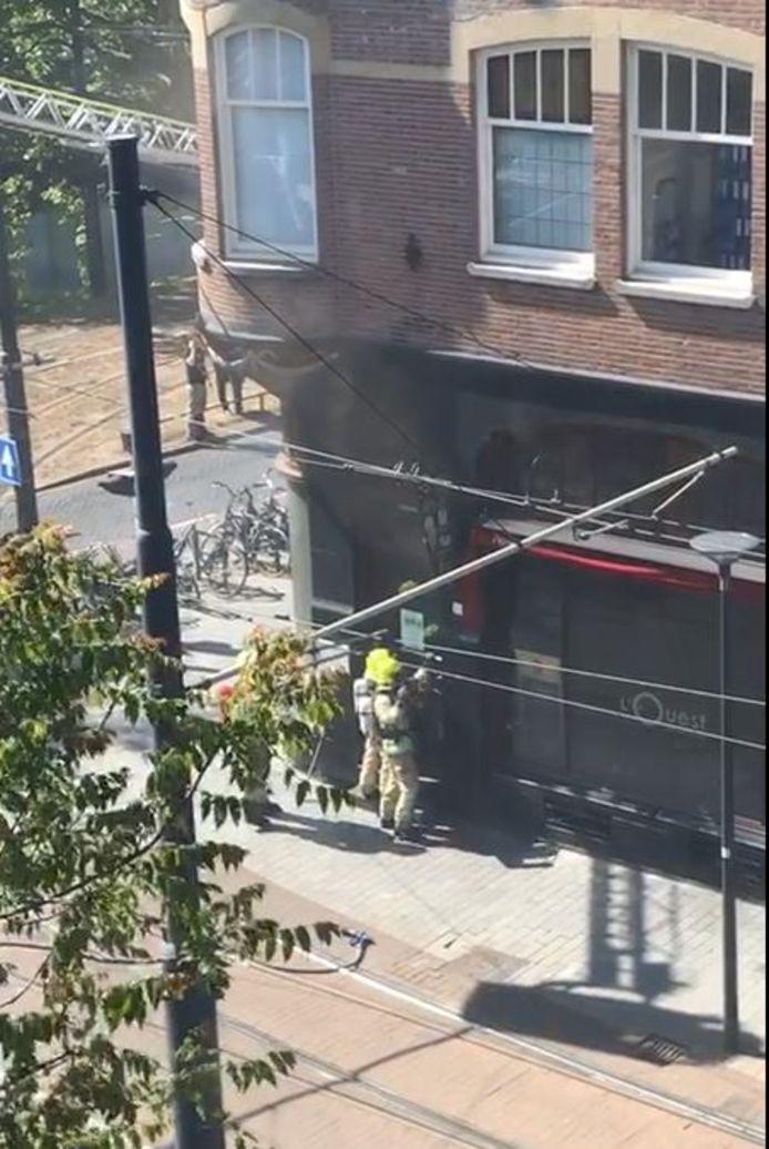 Brandweermensen proberen het restaurant binnen te komen.