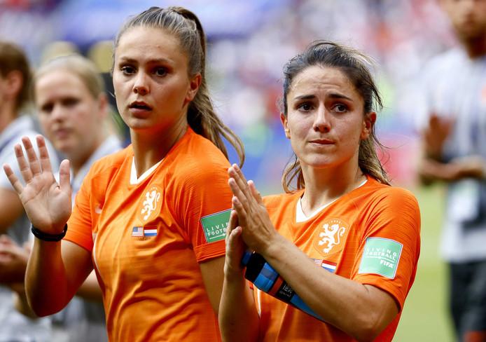 Lieke Martens en Daniëlle van de Donk verbergen hun teleurstelling na afloop niet.