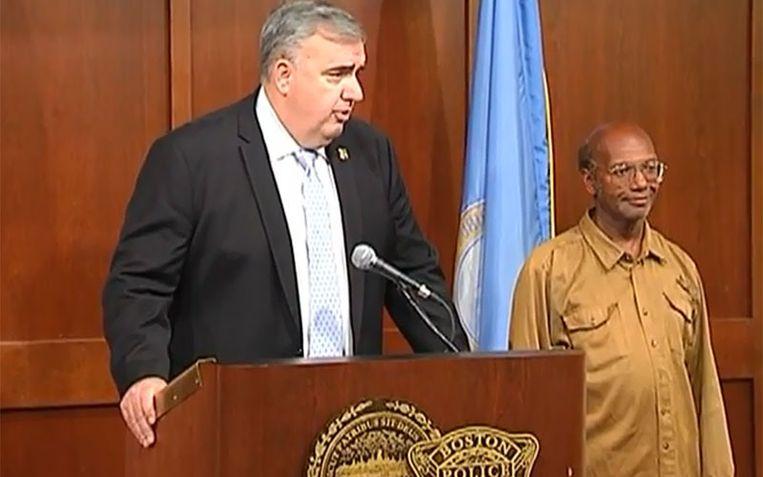 Glen James werd deze week door Edward Davis, hoofdcommissaris van de politie in Boston, geëerd. Beeld YouTube