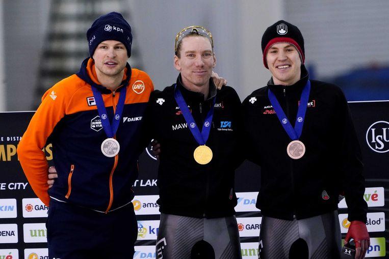 Ted-Jan Bloemen, met goud om zijn nek met aan zijn zijde Sven Kramer (links) en Greame Fish (rechts), de nummers twee en drie van de vijf kilometer op de WK afstanden in Salt Lake City. Beeld ANP