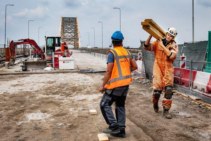 Werkzaamheden aan de Waalbrug in Nijmegen.