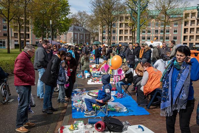 Droog moment in het Frans Joseph van Thielpark in Helmond tijdens Koningsdag.