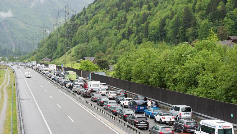 Een file voor de Zwitserse Gotthardtunnel, 14 mei 2016. Beeld epa