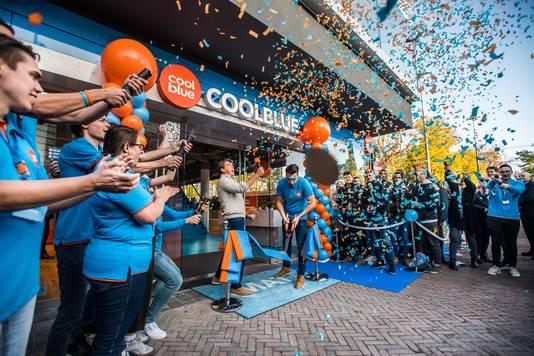 'Beginbaas' Pieter Zwart van Coolblue  geeft het signaal voor de regen van confetti bij de nieuwe de 'eerste grote stadswinkel' van Nederland in Arnhem
