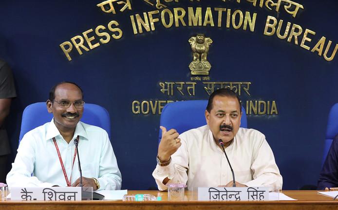 """""""Sur le long terme, nous prévoyons d'avoir une station spatiale indienne, notre propre station spatiale"""", a déclaré K. Sivan (à gauche), directeur de l'ISRO, lors d'une conférence de presse à New Delhi."""