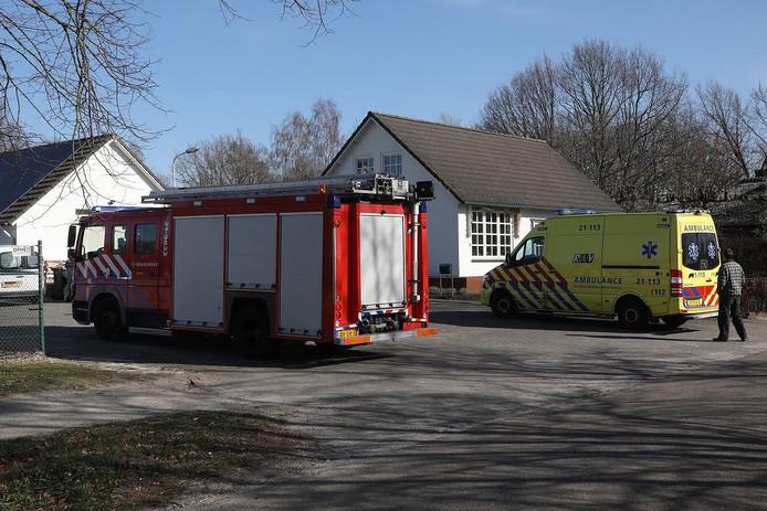 Bij een manage in Nistelrode viel dinsdagmiddag een hooibaal op een vrouw gevallen.