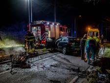 Auto knalt met hoge snelheid tegen boom in Tilburg; 2 gewonden
