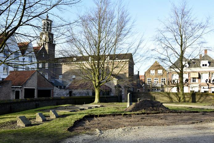 Een deel van de kerktuin bij de Grote of Catharijnekerk in de vesting Heusden is afgegraven voor extra parkeerplaatsen.