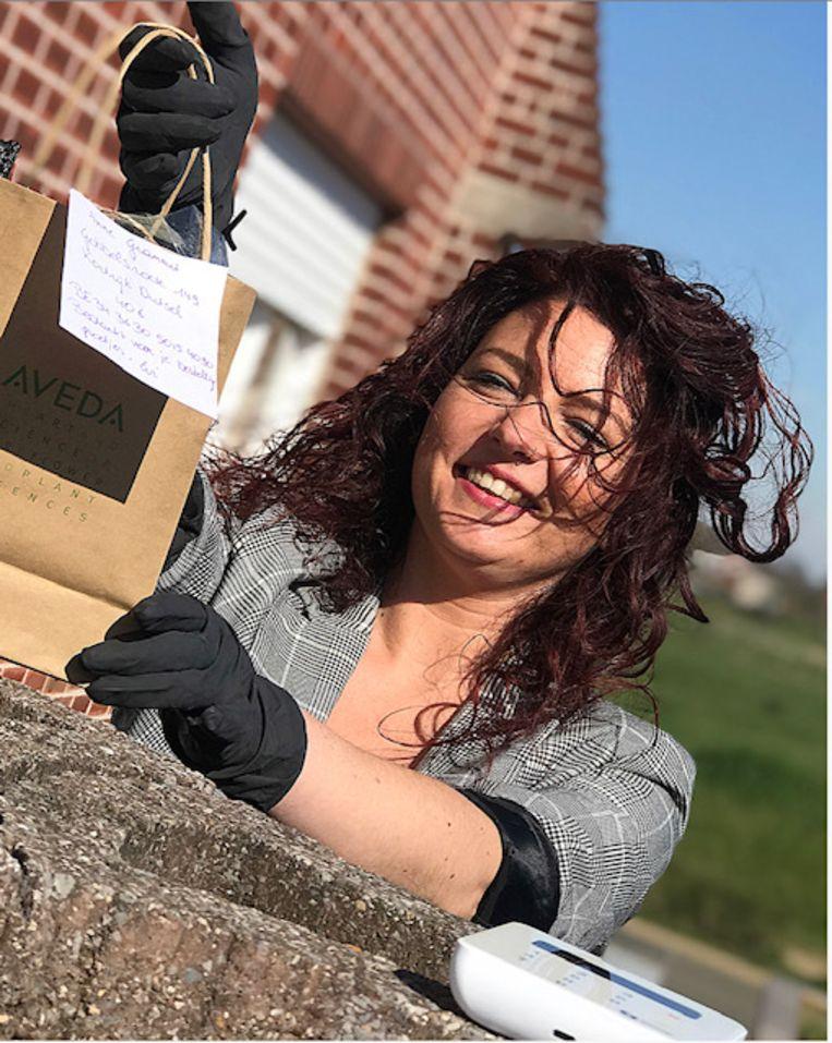 Evi levert aan huis, ook vervingen zodat mensen thuis hun haar kunnen kleuren.