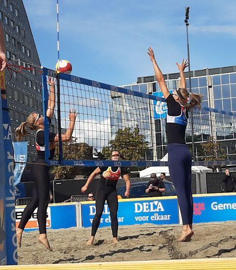 Zusjes Van Driel laten Schoon/Stam ontsnappen in enerverende beachvolleybalfinale