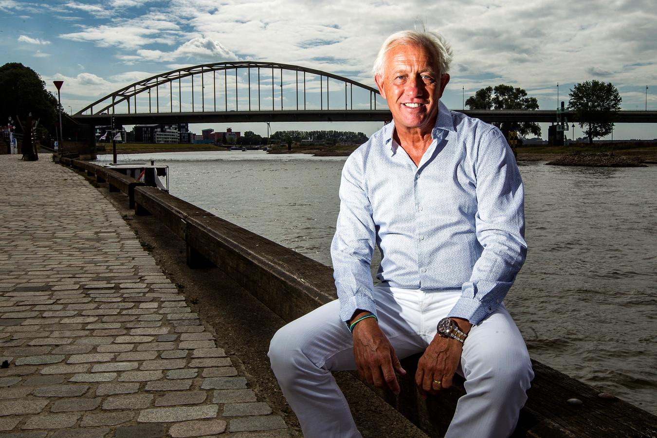 ▲ Martin Koopman aan de IJssel in Deventer, waar hij vertoeft als hij niet op Aruba is.