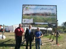 Bord markeert start bouw van Avonturenhuis in Zeewolde