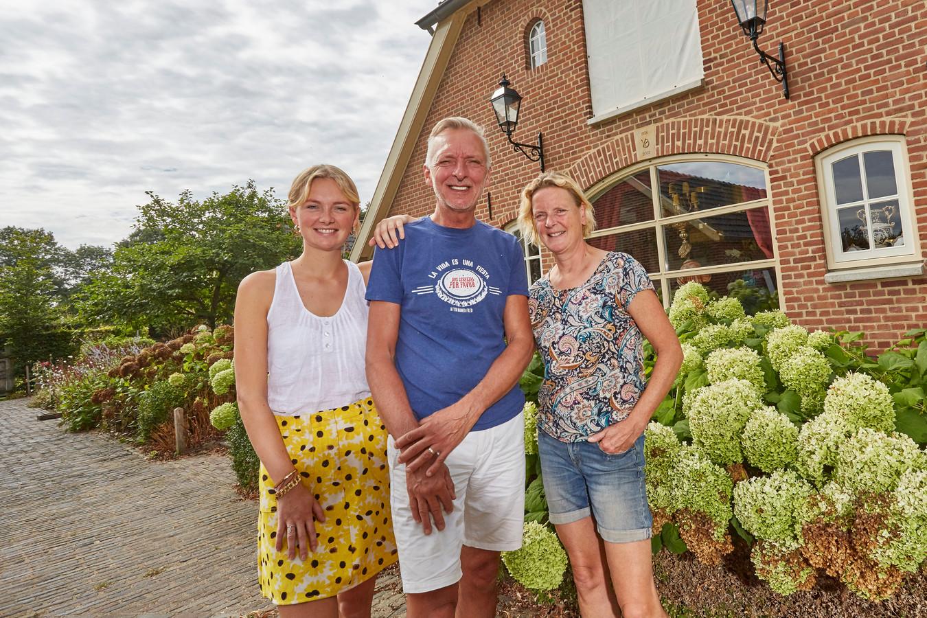 De familie Meiland voor hun nieuwe woning in Hengelo: Maxime, Martien en Erica.