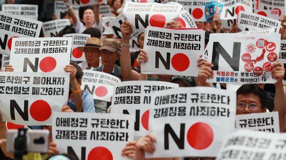 De Japanse handelsbeperkingen tegen Zuid-Korea zetten kwaad bloed bij de Zuid-Koreanen. Tijdens een demonstratie vorige zaterdag droegen betogers plakkaten met opschriften als 'Nee Abe' en 'Japan moet zich verontschuldigen'.