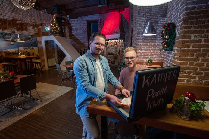 Jos Hogenbirk (r) en Melvin Brandenburg van Kamper Events exploiteren de Cellebroederspoort in Kampen. Vast onderdeel is de Kamper Poort Kwis die zo goed loopt dat er extra speeldag bijkomt.