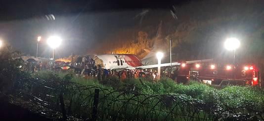 Het vliegtuig is in twee stukken gebroken.