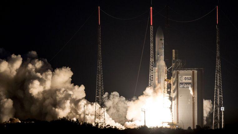 De lancering van de Ariane-5 met de satellieten aan boord.
