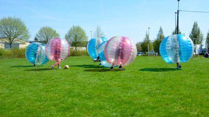 Voetballen in... een gigantische luchtbel