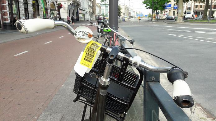 Een gemarkeerde fiets op het Willemsplein in Arnhem.