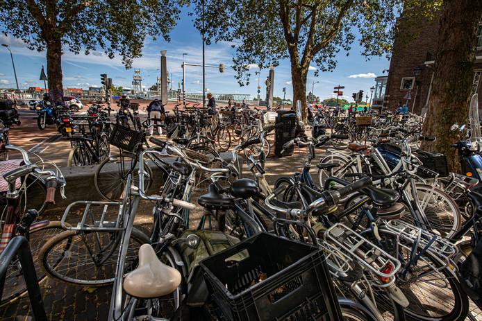 De gemeente Kampen komt met een plan om 1350 fietsparkeerplekken in te richten, om de fietsenchaos in de Kamper binnenstad aan te pakken. Foto ter illustratie, geparkeerde fietsen op het Unieplein.