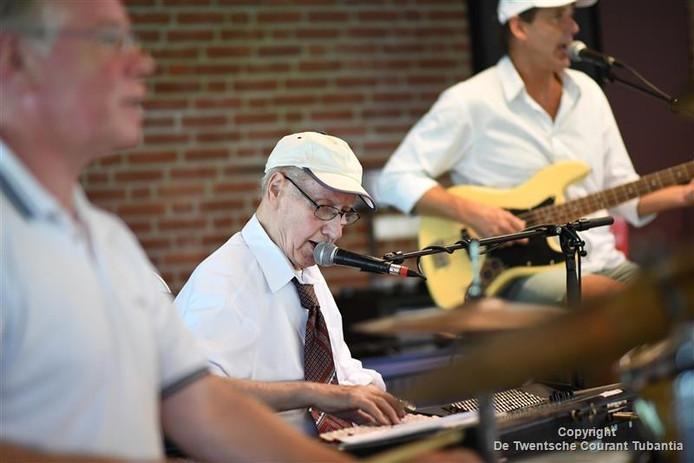 De bijna 90-jarige Herman Hellegers trad donderdagmiddag op in de recreatiezaal van de Mariahof. De rasmuzikant kan het spelen niet laten.