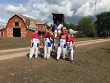Almeloos rugbyteam draagt koningin Zwarte Cross op handen