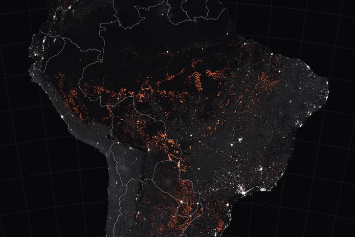 Nachtopnames van NASA van de brandende Amazone. De beelden zijn tussen 15 en 19 augustus gemaakt door de satellieten Terra en Aqua MODIS .