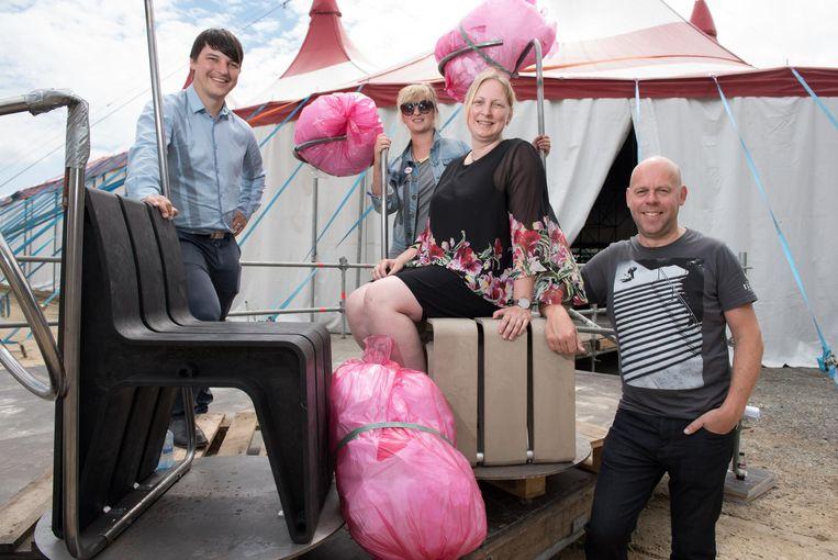 De organisatoren van Rock Zottegem bij de bankjes die worden vervaardigd uit de bierbekers van het festival.