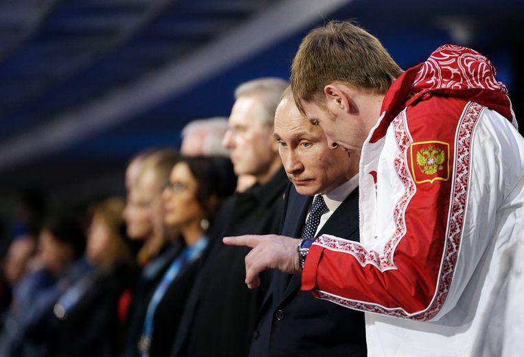 Poetin met de Russische bobsleeër Alexander Zubkov. Beeld afp