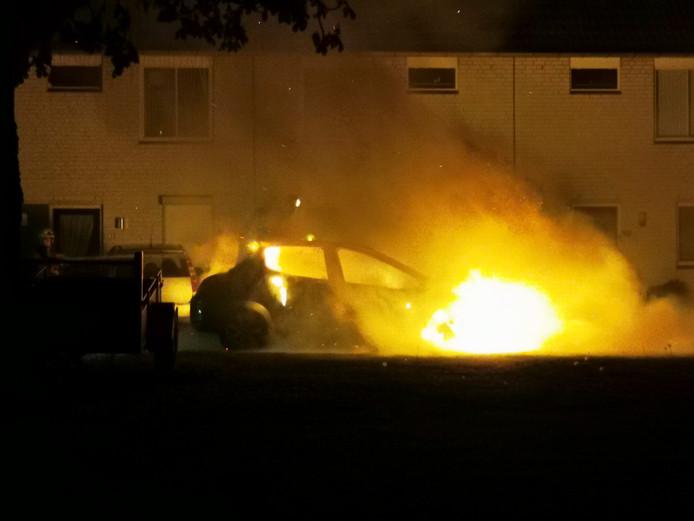 Een auto vatte vlam in Nijmegen