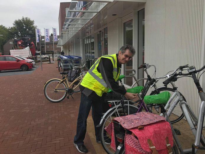 Chris Patijn van Buurt Bestuurt Zoomwijck in een buurtpreventie hesje.