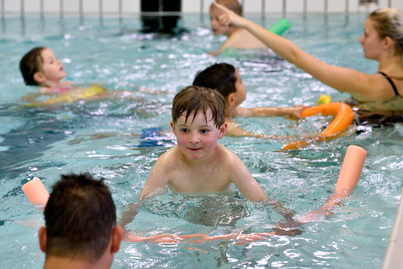 Zwemles in de Dumpel in Velp. Het bad is verouderd en wordt vervangen door een bad waar ookmeen doelgroepenbad en een peuterbad aan worden toegevoegd.