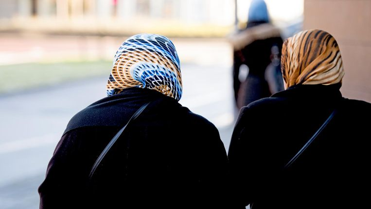 Moslima's in het straatbeeld. Het betreft een archieffoto die niet gerelateerd is aan de personen in het artikel. Beeld null