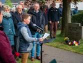 Herdenking Lonneker: Bram en Koen dragen eigen gedicht voor