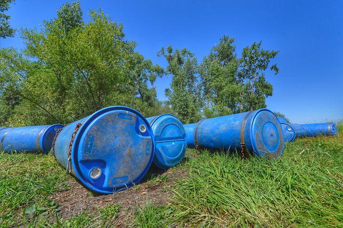 Tientallen blauwe vaten zijn gevonden in het buitengebied van Waalre.