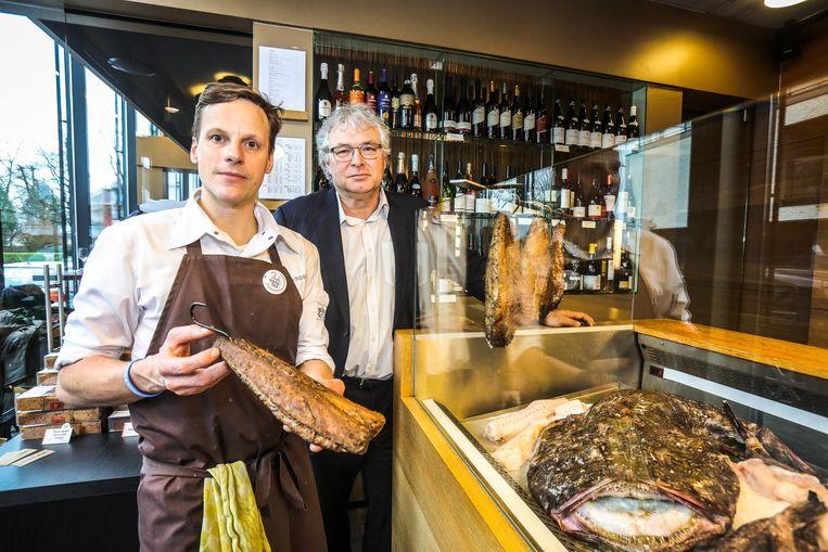 Chef Pieter Lonneville en Frans De Wachter, directeur van VLAM, presenteren de vis van het jaar: de zeeduivel.