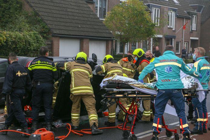 De brandweer bevrijdt het slachtoffer uit de benaderde positie.