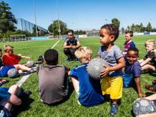 Wereldkampioen voetbalfreestyle (25) leert talentjes kneepjes van het vak: 'Hij kan zelfs met zijn telefoon jongleren'