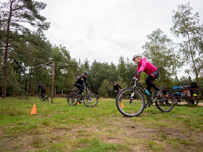 MTB Club Epe verzorgt ook clinics voor nieuwe of aspirant-leden. Deelnemers leren hoe ze om moeten gaan met hun fiets.