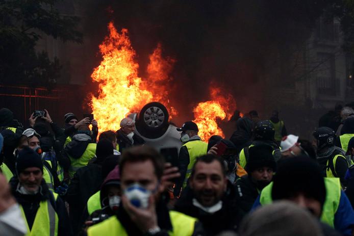 Een auto brandt uit tijdens eerdere protesten van de gele hesjes in Parijs, vorige week zaterdag.