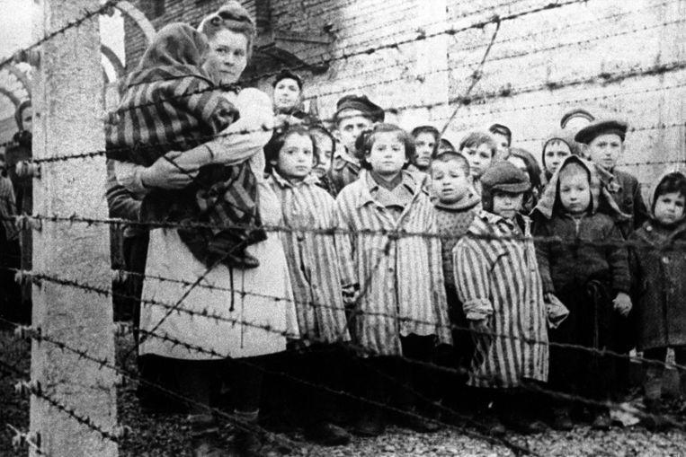 Kinderen die door het Rode Leger werden bevrijd uit Auschwitz in januari 1945. Beeld TASS via Getty Images