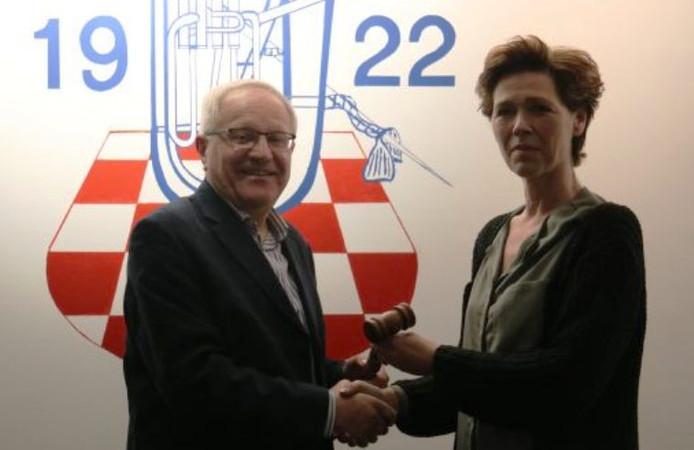 Henk van der Woude draagt de voorzittershamer over aan Monique Francoise