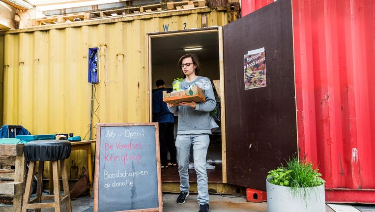 Vrijwilligers van De Voedselkringloop fietsen elke avond met de bakfiets langs collega-supermarkten voor overgebleven voedsel. Beeld Tammy van Nerum