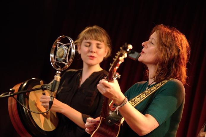 Margot Limburg (rechts) vormt samen met Sophie Janna het folkduo The Lasses.