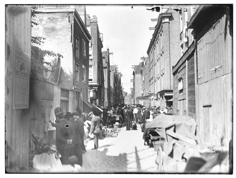 De Joden Houttuinen liepen parallel aan wat nu de Jodenbreestraat is. Het was er armoe troef en de woningen waren verkrot.    Beeld Stadsarchief Amsterdam